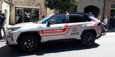 Toyota al Giro d'Italia: le prove dell'ibrido giapponese
