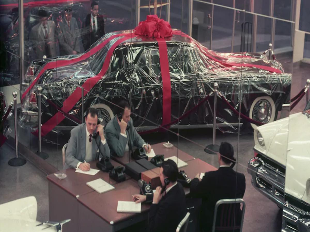 i concessionari di una volta A-Continental-Mark-II-sits-under-faux-gift-wrap-1955