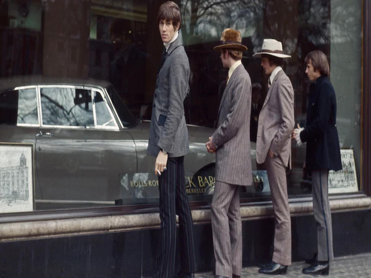 i concessionari di una volta The-Bee-Gees-check-out-the-goods-thru-the-window-at-a-Rolls-Royce-dealer-1967