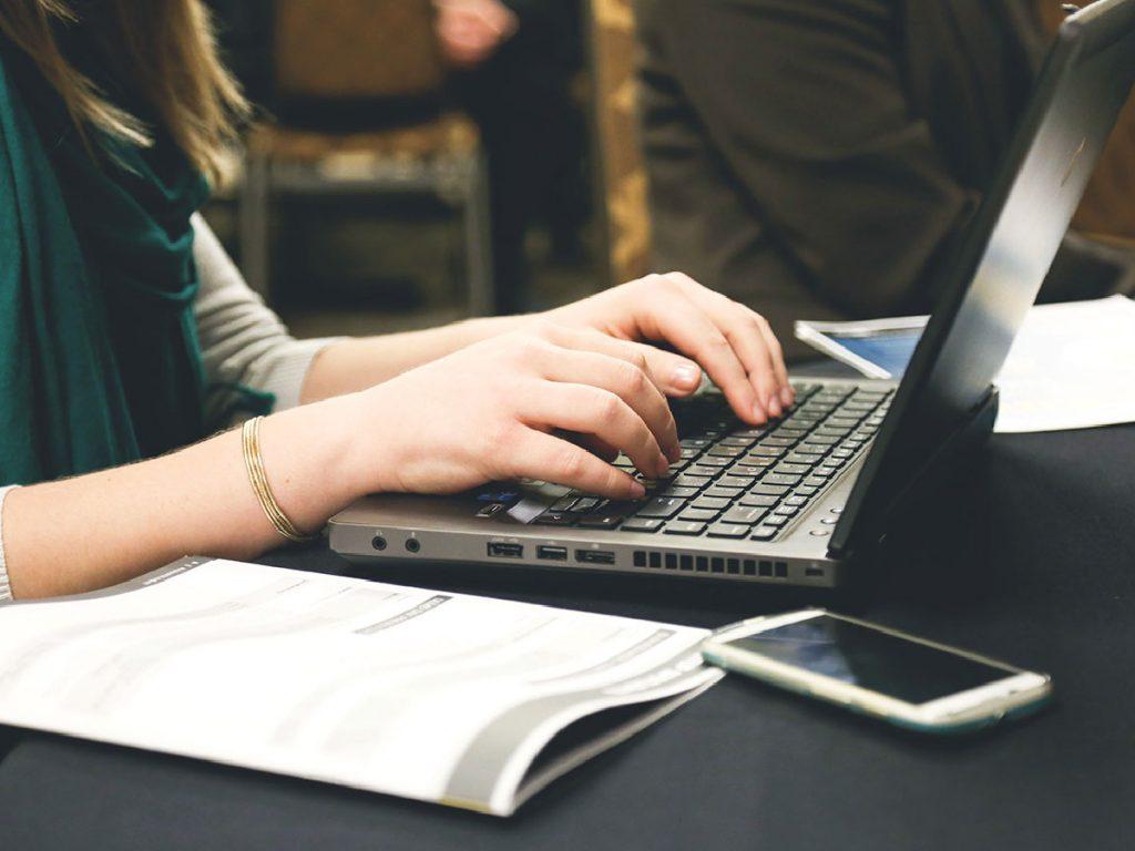 Sempre più donne in concessionaria grazie alle loro competenze digitali