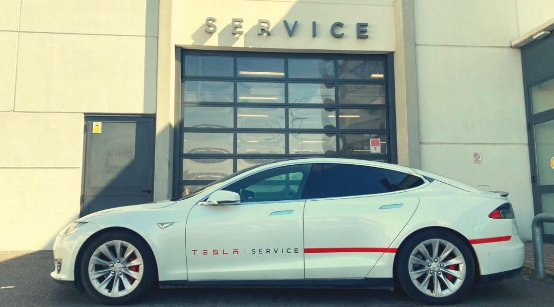 Gita al Tesla Service: come funziona l'assistenza all'elettrica più tecnologica